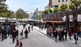 Покупатели в Marienplatz стоковые изображения