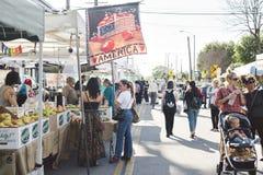 Покупатели на южном рынке фермеров Пасадина на солнечный день стоковая фотография rf