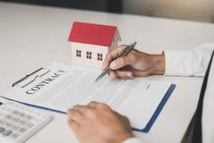 Покупатели недвижимости проверяют в контракт стоковая фотография rf