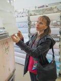 Покупатель выбирает jalousie в магазине стоковое фото rf