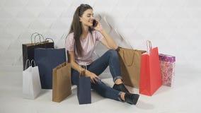 Покупатель говорит на телефоне акции видеоматериалы