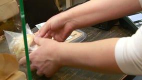Покупатель оплачивает для приобретения в магазине сток-видео