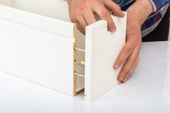Покупатель собирает готов-к-собирает складной столик Готов-к-соберите мебель стоковые изображения rf
