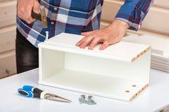 Покупатель собирает готов-к-собирает складной столик Готов-к-соберите мебель стоковое фото rf