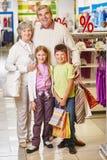 Покупатели в моле стоковое фото