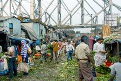 Покупатели и торговцы популярного рынка цветка Mullik Ghat Kolkata Стоковое Фото