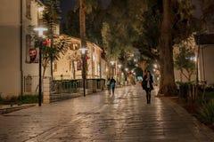 Покупатели идя на ночу - силуэты - Тель-Авив Стоковое Изображение RF