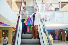 Покупатели на эскалаторе Стоковые Фото