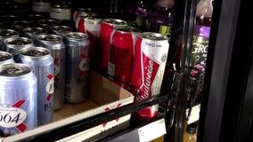 Покупатели покупая пиво Budweiser сток-видео
