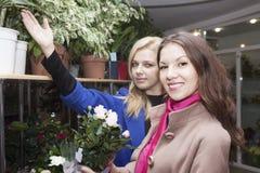 Покупатель в цветочном магазине Стоковые Изображения