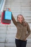 Покупатель женщины с хозяйственными сумками стоковое изображение