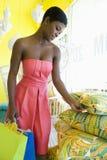 Покупатель изучает ценник на валиках Стоковое Фото