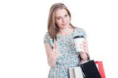Покупатель с кофе и сумки показывая как знак Стоковая Фотография RF