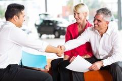 Покупатель handshaking продавца автомобилей Стоковая Фотография