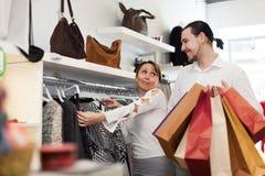 2 покупателя с хозяйственными сумками на магазине одежды Стоковые Изображения