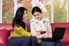 Покупать 2 женщин онлайн Стоковая Фотография