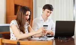 Покупать человека и женщины онлайн Стоковое Фото