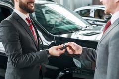 покупая автомобиль новый стоковое изображение rf