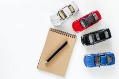 покупая автомобиль Автомобили игрушки на белом copyspace взгляд сверху предпосылки Стоковое фото RF
