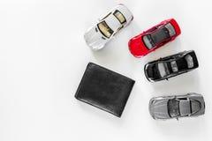 покупая автомобиль Забавляйтесь автомобили и бумажник на белом copyspace взгляд сверху предпосылки Стоковые Фотографии RF