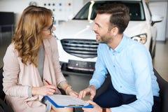 покупая автомобиль новый Стоковые Фотографии RF