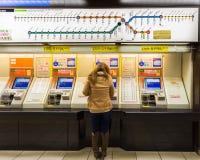 Покупая билет от торговых автоматов в авиапорте Фукуоки стоковое изображение