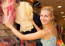покупая девушка одежд Стоковая Фотография RF