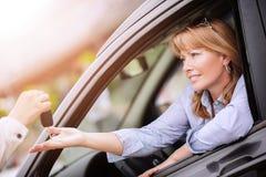 покупая женщина автомобиля стоковые изображения