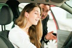 покупая женщина продавца автомобиля Стоковая Фотография RF