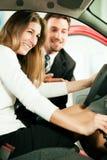 покупая женщина продавца автомобиля Стоковые Фотографии RF