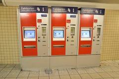 Покупая железнодорожный билет железнодорожная автоматическая машина стоковые фотографии rf