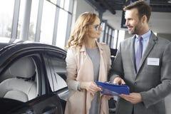 Покупая новый автомобиль женщиной Стоковые Фотографии RF