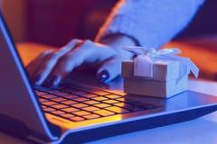 Покупая подарки на интернете стоковое изображение