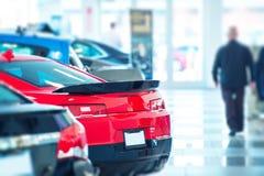 покупая принципиальная схема автомобиля давая руке новое другое к Стоковые Фото