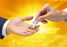 покупая рука пользуется ключом успех свойства Стоковое Изображение RF