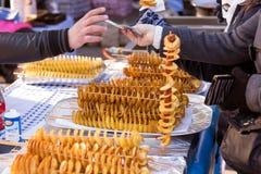 Покупая спираль картофельной стружки Стоковое Изображение