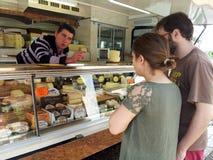 Покупая сыр в рынке Стоковые Изображения