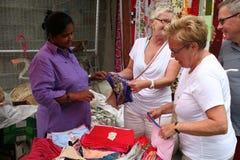 покупая туристы улицы рынка женщины нижнего белья Стоковая Фотография RF