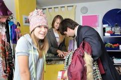 покупая человек девушки одежд к детенышам Стоковое Фото