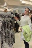 покупая ювелирные изделия девушки Стоковые Фото