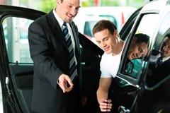 покупая salespersonv человека автомобиля Стоковая Фотография