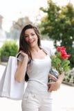 покупка девушки цветка мешка красивейшая Стоковое Изображение