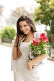 покупка девушки цветка мешка красивейшая Стоковая Фотография