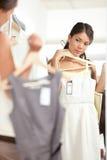 Покупка женщины выбирая платья Стоковое Изображение