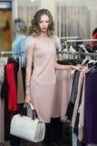 Покупка женщины в магазине одежды Стоковые Изображения