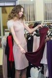 Покупка женщины в магазине одежды Стоковое Фото