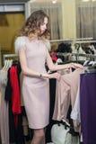 Покупка женщины в магазине одежды Стоковое Изображение