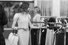 Покупка женщины в магазине одежды Стоковое фото RF