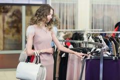 Покупка женщины в магазине одежды Стоковые Изображения RF