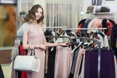 Покупка женщины в магазине одежды Стоковые Фото